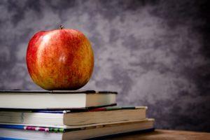 本の上のりんご